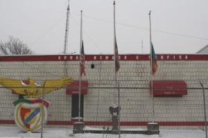 Bandeiras a meia haste na sede do clube encarnado em Newark1