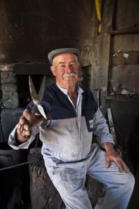 Guarda tem o único artesão do país que faz tesouras para tosquiar ovelhas
